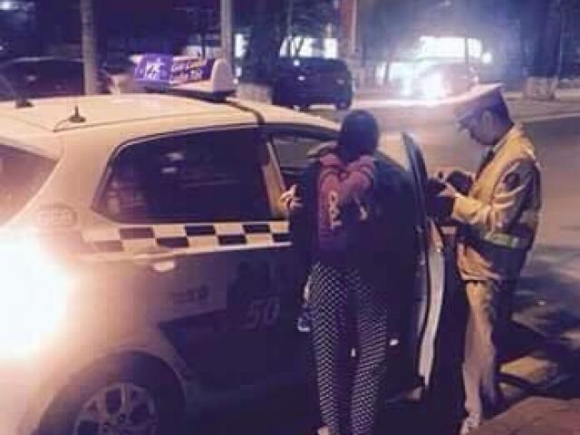 2 mẹ con bị móc túi hết sạch tài sản và hành động bất ngờ của người cảnh sát