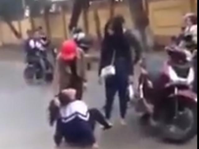 Đòi nợ trên Facebook thay bố mẹ, nữ sinh lớp 10 bị đánh dã man trước cổng trường
