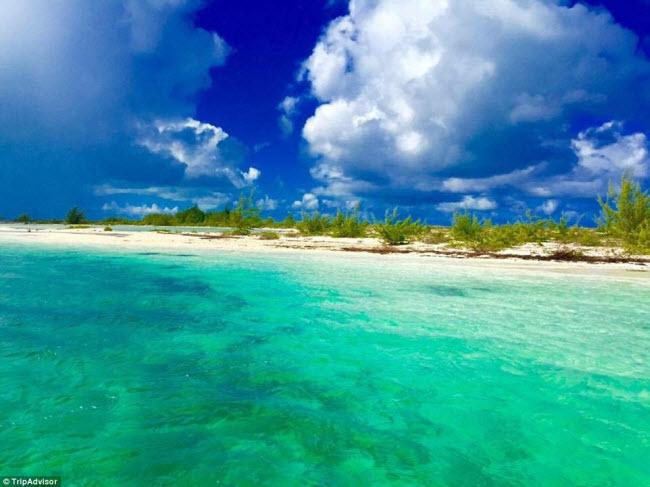 Màu nước xanh khác lạ và bãi tắm vắng vẻ giúp bãi biển Grace Bay ở Providenciales, Turks&Caicos, trở thành điểm du lịch hấp dẫn.