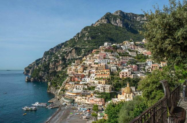 Bờ biển Amalfi, Itaia: Nằm ở phía nam thành phố Naples, nơi đây nổi tiếng với những ngôi nhà làng trên đồi, vườn cam xanh mướt và phong cảnh tuyệt đẹp của biển Địa Trung Hải. Nữ diễn viên Reese Witherspoon từng tận hường kỷ nghỉ tuần trăng mật tại vùng bờ biển này. Ngoài ra, Amalfi cũng chào đón các cặp đôi nổi tiếng khác như Anna Paquin và Stephen Moyer, hay Lauren Bush và David Lauren.
