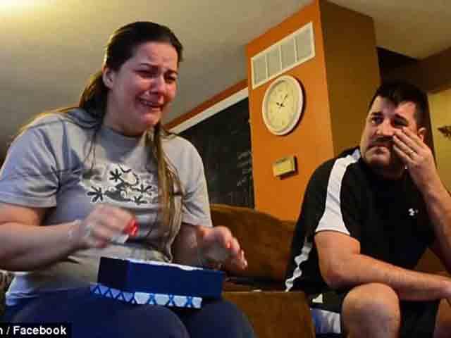 Sau 13 năm nuôi dưỡng, mẹ kế òa khóc trước món quà con riêng của chồng tặng