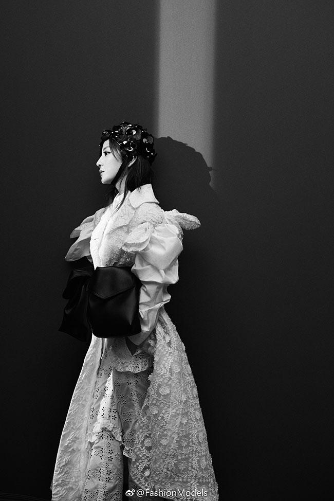 Triệu Vy xuất hiện đầy ma mi và mới lạ trong một bộ ảnh có chủ đề về thế giới kỳ ảo.