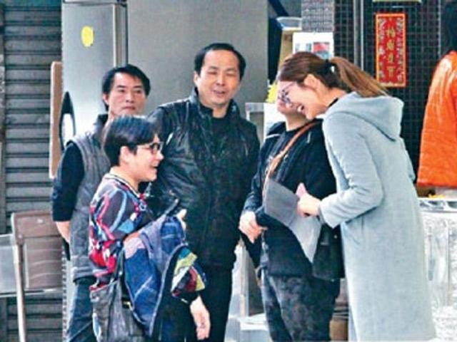 Trớ trêu hình ảnh Chú lùn TVB ngước cổ nói chuyện với cô vợ Hoa hậu 1,75m