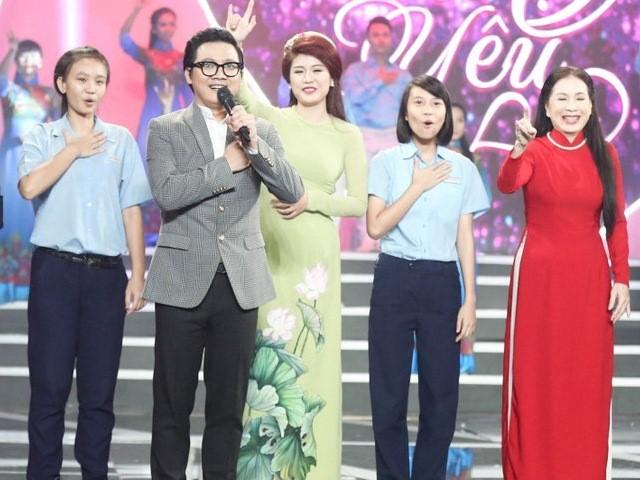 NSƯT Kim Xuân cùng em gái, em rể, con trai và con dâu khiến cả trường quay vỗ tay xúc động