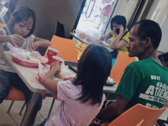 Xúc động ông bố nghèo nhịn đói để tặng cho con gái bữa gà rán sang chảnh