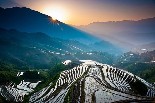 Ruộng bậc thang lúa gạo Longji  Longji, còn gọi là sống lưng rồng được xây dựng từ 500 năm trước dưới thời nhà Minh. Ruộng trải dài trên địa phận tỉnh Quế Lâm, Trung Quốc, và là một trong những điểm đến không thể bỏ qua khi tới Trung Quốc. Thửa ruộng bậc thang Longji nằm cách thành phố Guilin 108km. Khu ruộng bậc thang này nằm bên sườn đồi tạo nên một khung cảnh tuyệt đẹp.