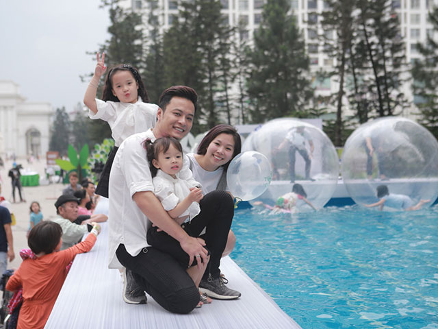 Hồng Đăng lần đầu đưa vợ và hai con gái cùng đi sự kiện