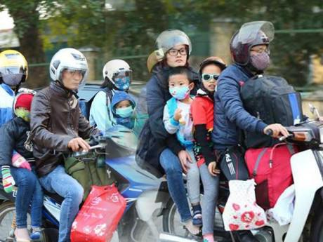 """Sau dịp nghỉ Tết Dương lịch, trẻ nhỏ """"vật vã"""" trên xe máy theo bố mẹ trở lại thành phố"""