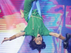 Lý Thanh Thảo bị bong gân tay nặng vẫn khiến khán giả kinh ngạc vì màn đu dây nguy hiểm