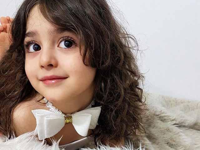 Bé gái 8 tuổi đẹp như búp bê khiến bố mẹ phải nghỉ việc để làm vệ sĩ cho con