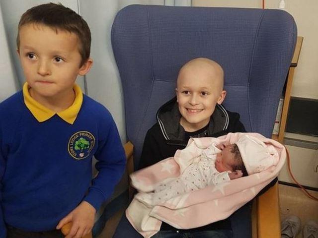 Chuyện cảm động về cậu bé chống chọi với ung thư suốt 15 tháng để đón em gái chào đời