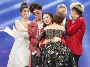 Hòa Minzy, Giang Hồng Ngọc ôm lấy nhau khi được vào Chung kết Cặp đôi Hoàn hảo