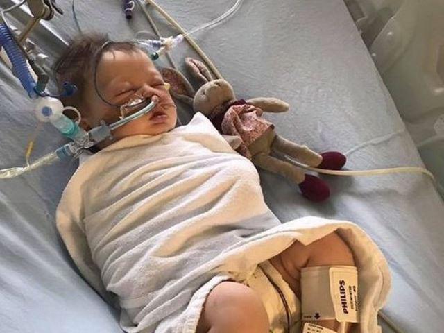 Chỉ với biểu hiện ho, mẹ không ngờ con gái 5 tháng tuổi bất ngờ ngừng thở