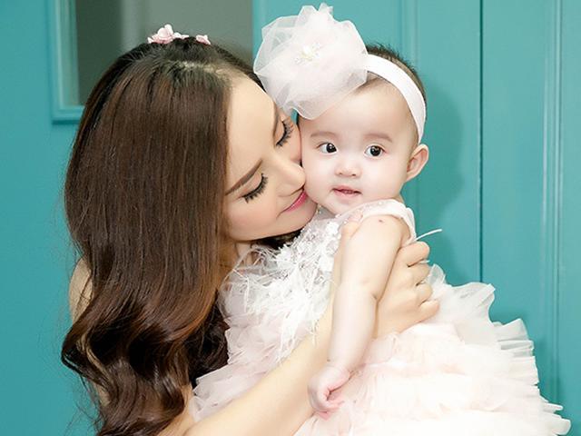 Vy Oanh gây chú ý đặc biệt khi lần đầu đưa con gái xinh như thiên thần lên sân khấu