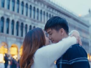 """Nguyễn Ngọc Anh hôn say đắm """"trai trẻ"""" Tô Minh Đức ở Venice"""