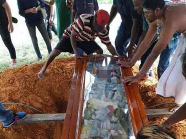 Con trai chôn cất bố cùng chiếc quan tài đựng đầy tiền và lý do xúc động phía sau