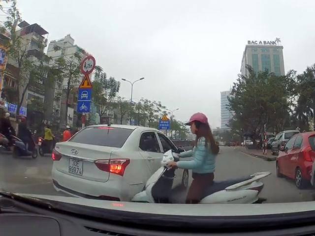 Vượt lên bất thành, nữ Ninja Lead tức tối đâm vào hông xe ô tô rồi lạnh lùng bỏ đi
