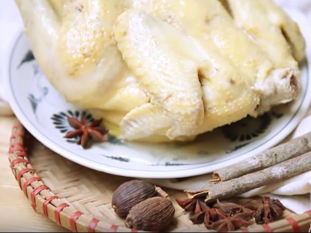 Thèm chảy nước miếng với gà hấp ngũ vị ngon mềm, thơm lừng góc bếp