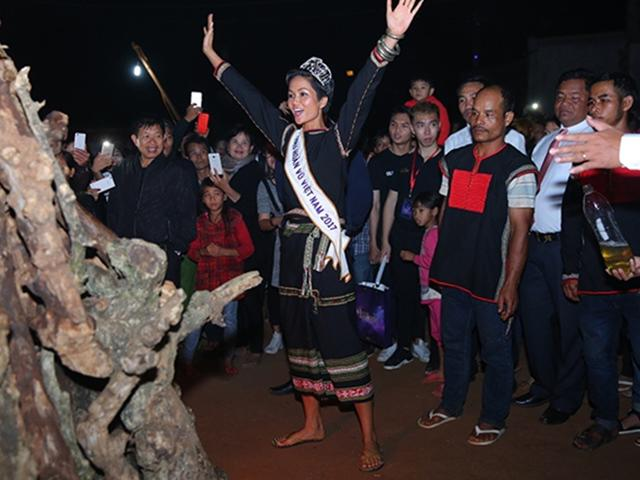 Tân Hoa hậu H'Hen Niê đi dép lê, nhảy múa trong lửa trại cùng bà con vào nửa đêm