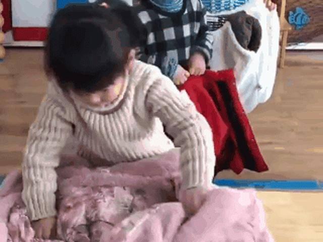 Tuyệt chiêu dạy con tự mặc áo khoác một phát ăn ngay mẹ không thể bỏ qua