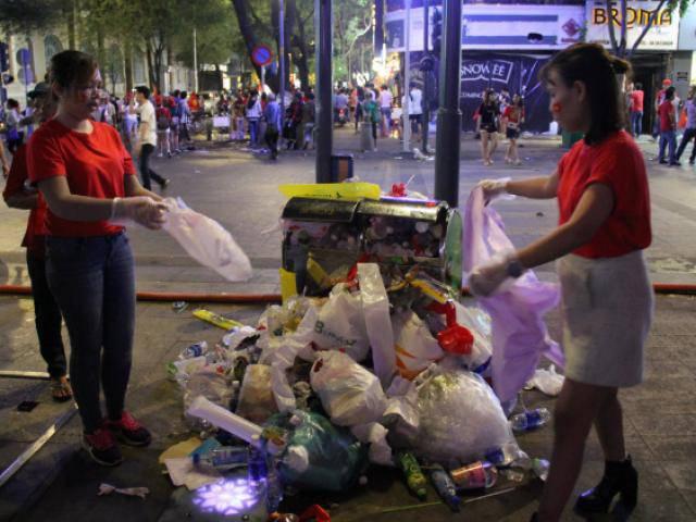 Sau 120 phút lịch sử của U23 VN, cổ động viên Sài Gòn cùng nhau xuống đường dọn rác