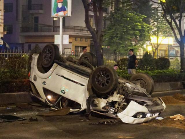 Ô tô chở 4 người nước ngoài lật như phim sau tai nạn kép