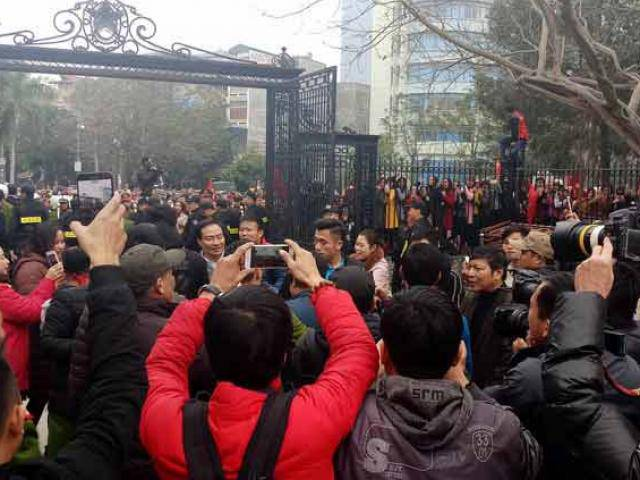 Hàng nghìn người hâm mộ xứ Thanh vây quanh Bùi Tiến Dũng và 2 đồng đội