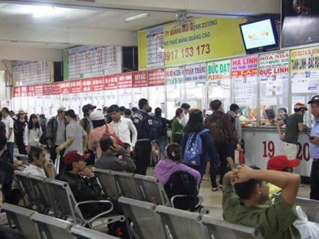 """TP.HCM: Người dân sốt sắng """"săn"""" vé tàu, xe về quê đón Tết Nguyên đán"""