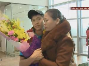 Sự thật giây phút cầu thủ Văn Đức lủi thủi ôm mẹ ở sân bay