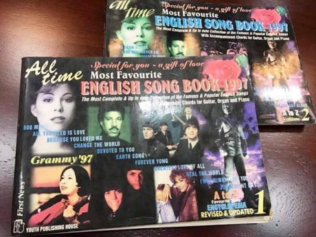 Tập sách lời bài hát tiếng Anh kinh điển: Hồi ức thanh xuân 20 năm...