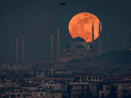Mặt trăng máu treo lơ lửng trên nền trời ngay trong những ngày đầu năm 2018