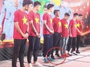 """Quang Hải """"gây bão"""" khi kiễng chân để chụp hình vì thấp hơn đồng đội"""