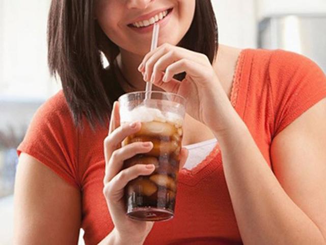 Mẹ bầu uống nước ngọt có gas ảnh hưởng thế nào đến sự phát triển của thai nhi?