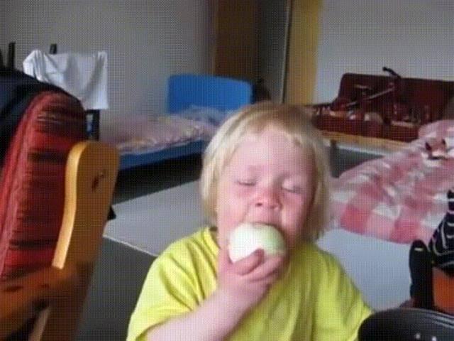 Em bé ăn cả củ hành tây sống để chứng minh với mẹ đây là ... quả táo
