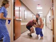 """Ngỡ con  """" cứng đầu """"  phải sinh mổ, bà mẹ hốt hoảng khi đẻ rơi ngay tại hành lang bệnh viện"""
