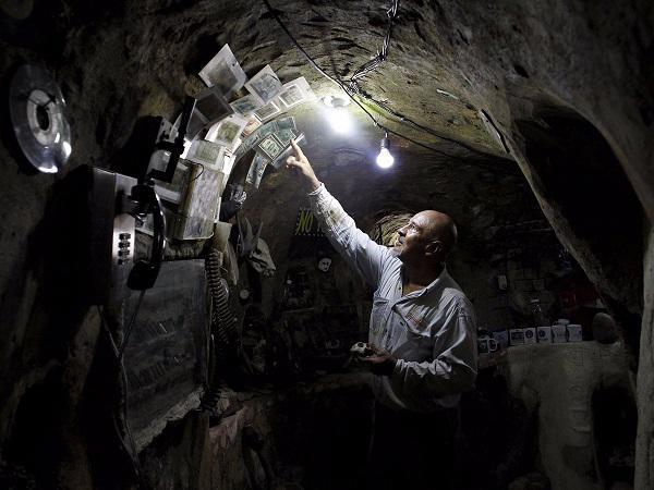"""Người đàn ông dành 12 năm """"hì hụi"""" đào hầm gần 200m² xây nhà và thành quả không ai ngờ"""