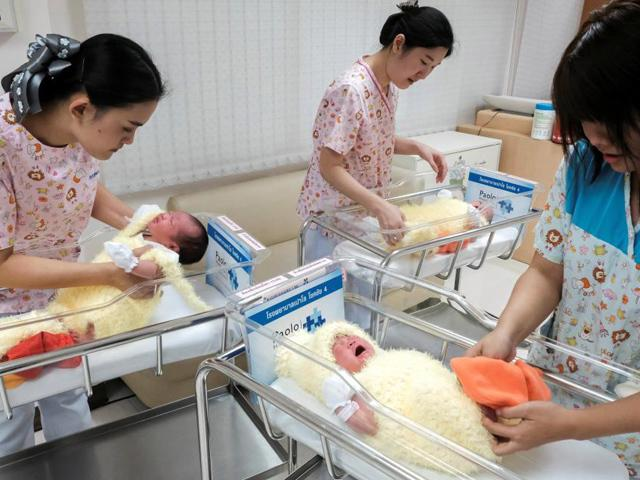 Nỗi lòng của mẹ sinh con đúng dịp Tết: Nghe tiếng pháo hoa, mẹ vừa ru con ngủ vừa khóc