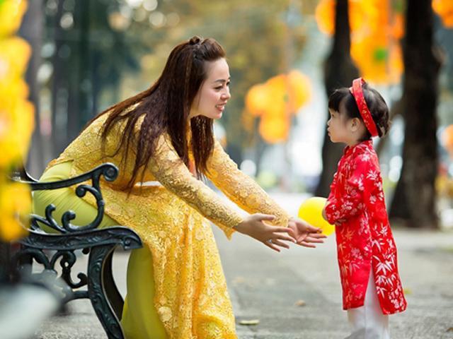 TS. Vũ Thu Hương: Người lớn chủ động chào hỏi trẻ ngày Tết mới dạy được bé sự lễ phép