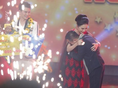Đoạt ngôi Quán quân Người nghệ sĩ đa tài, Hữu Tín xúc động ôm chặt NSƯT Kim Xuân