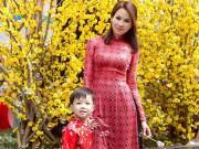 Tư vấn mặc đẹp - Con dâu tỷ phú Hoàng Kiều cùng con trai xuống phố ngày xuân