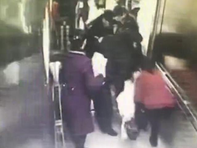 Người phụ nữ sinh con chỉ trong vòng 3 phút ngay trong thang máy bệnh viện