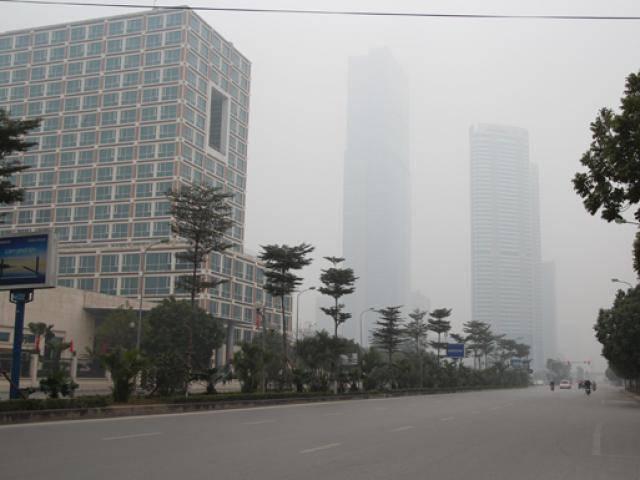 """Đã quá trưa, sương mù vẫn """"bủa vây"""" Hà Nội trong ngày 30 Tết"""