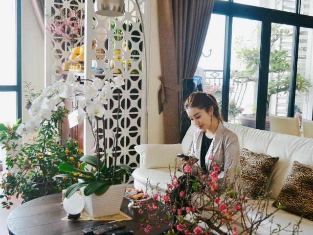 Chung cư tiền tỷ ngập sắc hoa xuân của Á hậu Huyền My ngày Tết