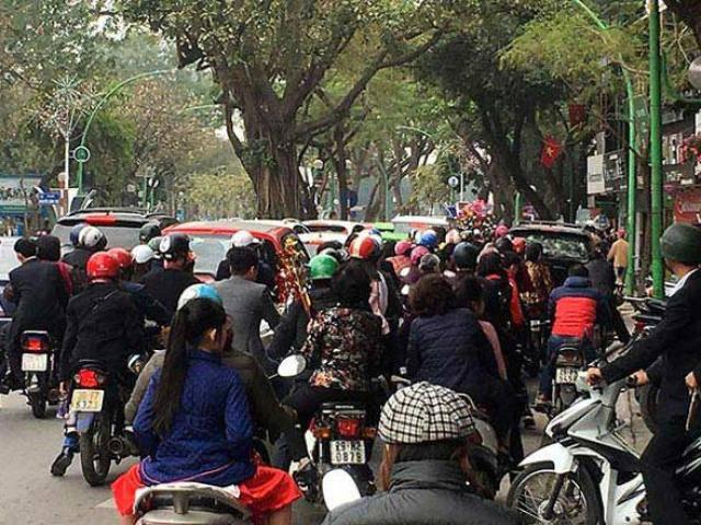 Người dân đổ xô đi du xuân, đường phố Hà Nội kẹt cứng chiều mùng 1 Tết