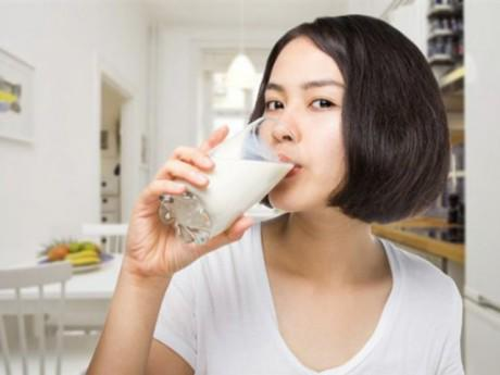 """Uống sữa thế nào để không biến thành """"chất độc""""?"""