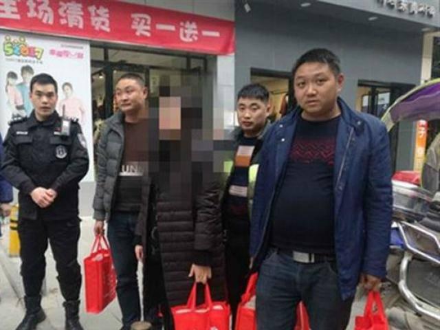 Cảnh sát hộ tống người phụ nữ xách 13 tỉ đồng tiền mặt về quê ăn Tết