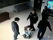 Tin tức - Đau lòng cảnh người mẹ đầy vết bầm tím quỳ gối xin con trai tha thứ giữa đồn cảnh sát