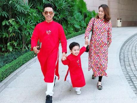 Khánh Thi khệ nệ bụng bầu 5 tháng đi chơi Tết cùng chồng con