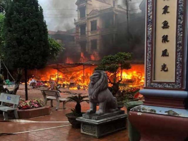 Video ghi lại hình ảnh đám cháy ngùn ngụt thiêu rụi 9 ki-ốt tại sân Đền Mẫu Đồng Đăng