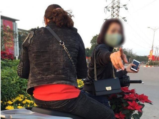 Hai cô gái đi SH trộm hoa công cộng mang về nhà để hái lộc